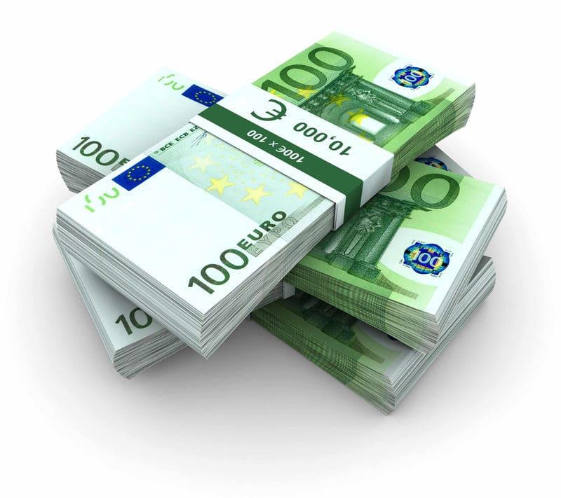 Foto di banconote da 100 euro prestiti cambializzati a domicilio