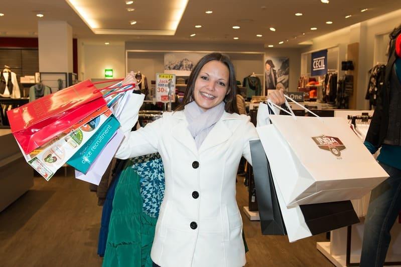 donna che fa molto shopping